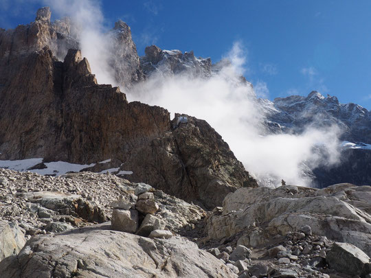 Le refuge perché sur son arête du Promontoire et (attention à l'échelle... )  900m plus haut le sommet du Grand Pic puis les arêtes de la Meije.  Photo avec la petite neige saupoudrée de vendredi matin !