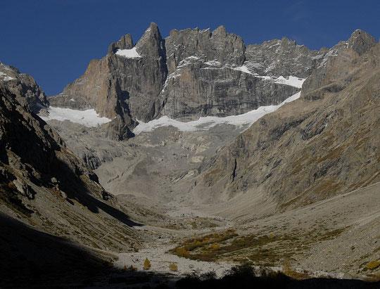 Début d'automne sur le Grand Pic (3983 m), les arêtes de la Meije et le refuge (au niveau des glaciers sur l'arête du Promontoire).