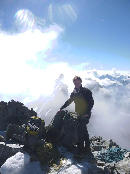 """Ce lundi 27 juillet au sommet du Grand Pic de la Meije . Photo intitulée : """"Enfin ! ... avec le Pic central qui nous attend """".  Merci à J.Edouard pour la photo et l'ambiance !"""