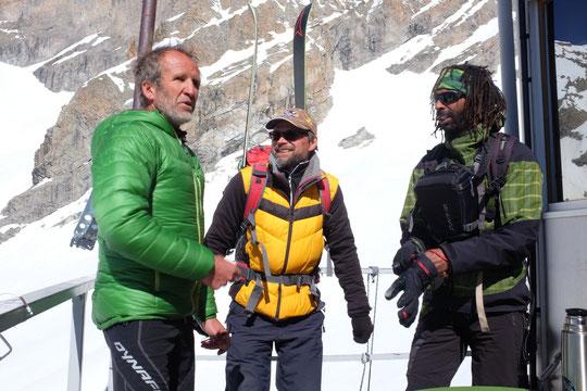 C'était la semaine dernière : au refuge nous avons accueilli Philippe Bohème (rédacteur en chef adjoint d' Alpes Magazine) et Julien Dorol (photographe) pour un reportage à paraître en juin. Merci à eux.