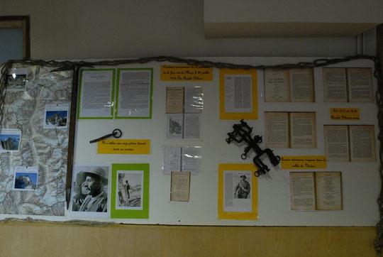 Le panneau exposition sur le centenaire des réalisations d'Angelo Dibona dans le Vénéon, réalisé par Jean René Minelli, est visible au bureau des guides de la Bérarde.