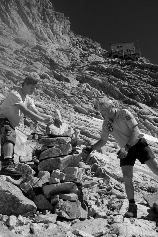 Serge travaille depuis 43 ans au Parc National des Ecrins. Il connait ses montagnes de l'Oisans mieux que quiconque... et hier l'émotion était perceptible, c'était sa dernière mission estivale au Promontoire ! Promis il remontera nous voir, en balade !