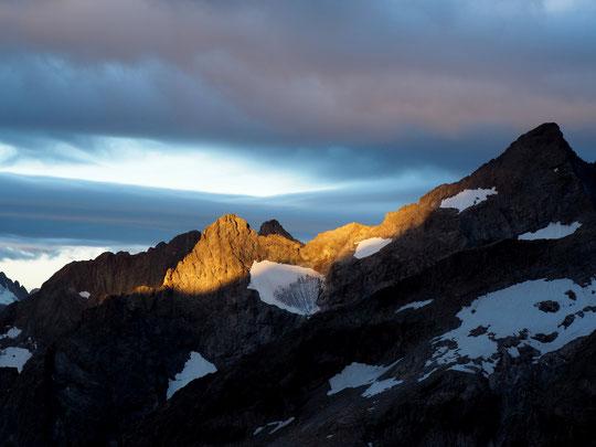 Au départ des cordées ce matin vers 6h, le vent fort, les nuages et le soleil levant ont joué de superbes lumières....