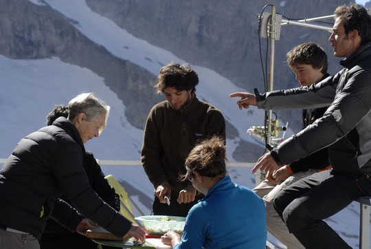 """Hier, des randonneurs et une cordée de jeunes  (avant d'aller grimper """"Reine de la nuit"""") donnent un coup de main pour préparer la soupe..."""