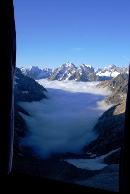 Non cette photo n'est pas de ce matin, nous sommes actuellement dans un brouillard dense !  C'était il y a 4 jours, vu par la fenêtre du dortoir, le brouillard était en bas sous 2500m et nous étions plutôt bien au dessus avec du soleil sur les sommets.