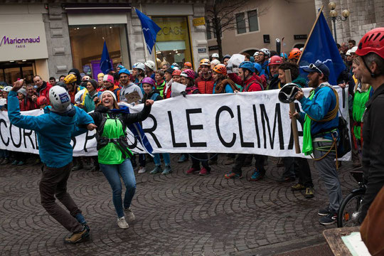 """400 alpinistes """"encordés pour le climat"""". C'était le 9 mars à Grenoble !"""