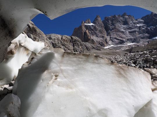 Hier je suis descendu dans une cavité qui s'est ouverte vers 2500m suite à l'effondrement d'une couche de 4m de neige et glace (voir le lien ci dessus vers l'album photos). La Meije tout là haut resplendissait !