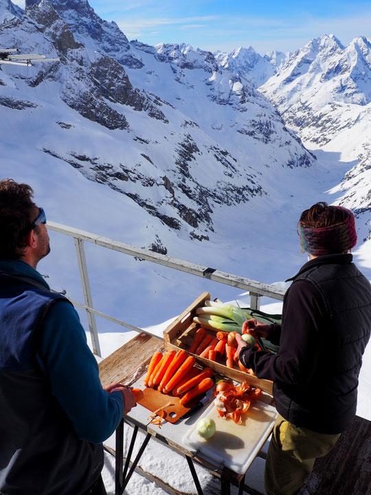 Au Promontoire, les aliments sont conservés naturellement au frais, l'annexe de la cuisine fait aussi office d'un bélvédére hors du commun et toute l'équipe a le sourire avec les arrivées du beau temps et des skieurs de rando... qui se régalent !