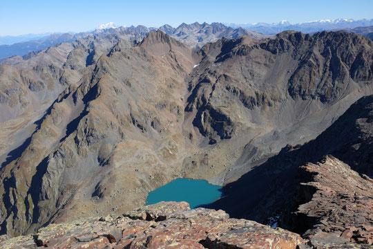 """Le """"Lac Blanc"""" de Belledonne avec au loin le Mont Blanc et plus à l'Est la Grande Casse, en Vanoise"""