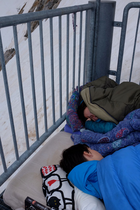 A 8h ils dorment encore comme... des marmottes ! La première nuit des enfants (cette saison) sur la terrasse du refuge a été super bonne !