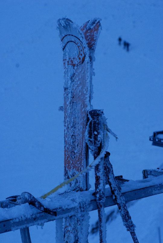 Ce matin par moins 13°, les premiers sont déjà partis, skis, batons et piolet givrés attendent les suivants encore au chaud dans le refuge... !