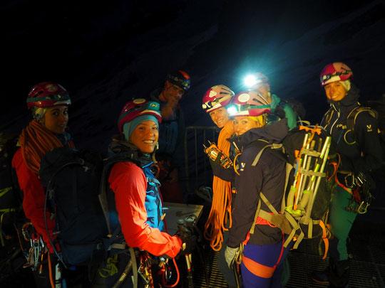 Ce matin, vers 5H15 un peu avant le lever du jour, l'équipe du GFHM (Groupe Féminin de Haute Montagne) sur le départ depuis la terrasse du Promontoire. Bonnes courses à vous !