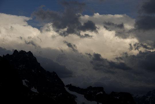 Hier soir au dessus de l'Oisans, des nuages d'orages bien plus imposants que nos hautes montagnes.