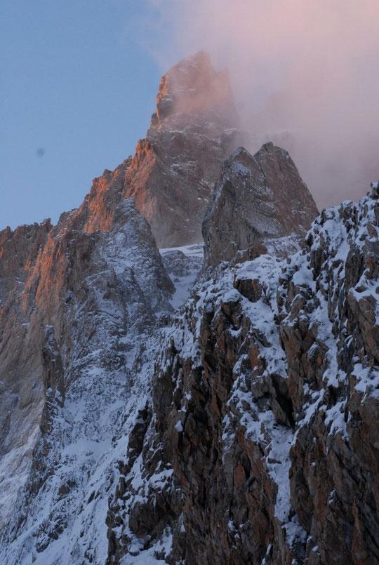 La cordée du Gravelotte devrait redescendre tout à l'heure par la voie normale de la Meije: ici le Petit Doigt, la muraille Castelnau, le couloir Duhamel et l'Arête du Promontoire encore platrés de la neige de mercredi.