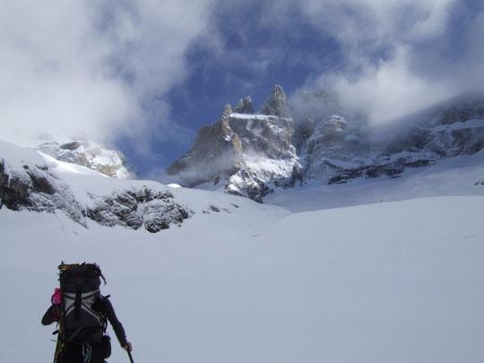 En montant vers le Promontoire, les nuages nous dévoilent le Grand Pic de la Meije...