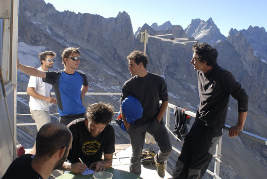 Que font les grimpeurs quand ils sont en montagne ? Ils papotent sur la terrasse du Promontoire... !! (parfois c'est vrai entre deux grandes voies).