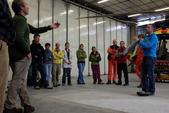 Des échanges, intéressés, utiles et bien sympas... un très grand merci aux pilotes, aux mécanos et à Renaud, pilote et chef de  base de la Sécurité Civile (à droite sur la photo)..