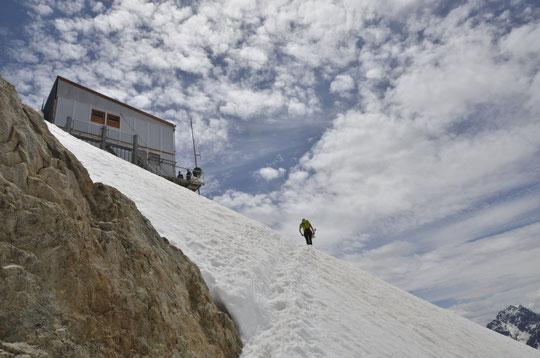 Pour monter au refuge, il reste encore de la neige en continu au dessus de 2750m (et encore un beau volume).