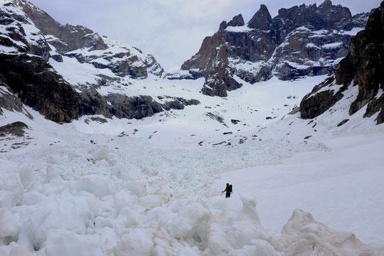 Pas de regret d'avoir quitté le refuge pendant quelques jours, des avalanches exceptionnelles sont descendues (ici depuis le Rateau sur quasi toute la largeur du vallon). Depuis le regel a été efficace, ce midi c'était bon et en neige tranfo !