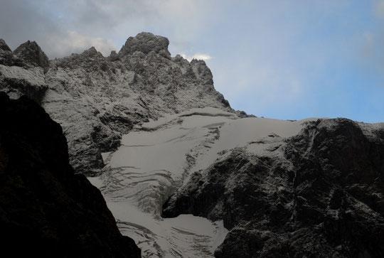 Dans un fort vent de sud l'éclaircie n'a duré que quelques dizaines de secondes... et le sommet du Pavé est apparu blanchi par la neige de cette nuit. A droite le col du Pavé est à 3550m.