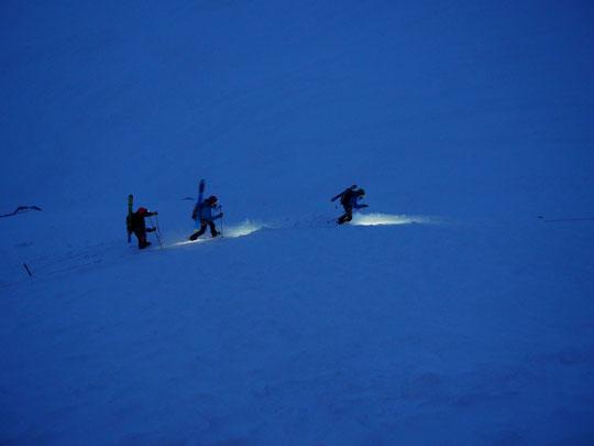 """""""Entre chien et loup"""" ce matin, les trois premiers skieurs de rando quittent le refuge pour le versant Nord et le Tour de la Meije. Bon voyage... en espérant que la météo tienne bon ?. (Coucou et merci  à Cédric, Olivier et Mathilde)"""