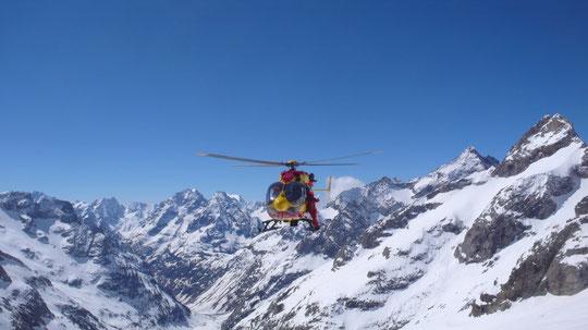 Dragon 38 (l'hélico de la Sécurité Civile de Grenoble) en entraînement ce matin devant le Promontoire....