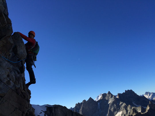 """Dans """"Les grimpeurs se cachent sur une vire"""", sur fond de col du Pavé, Barre des Ecrins, Grande Ruine et Bans. Photo Benjamin Védrines, guides."""