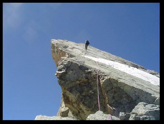 Durant la traversée des Arêtes,  un rappel sur la 4ème dent (3940 m).