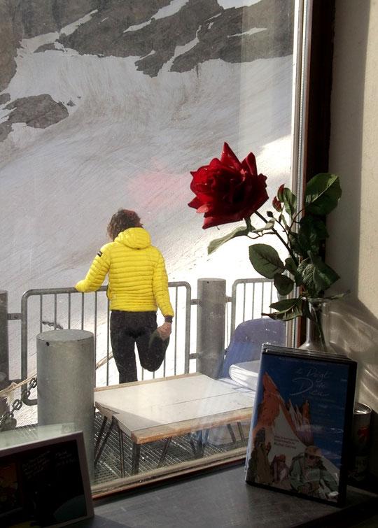 """Guillemette était au refuge le 9 juillet pour réaliser la traversée de la Meije. Hier elle m'a envoyé cette photo avec  légende : """"clin d'oeil saisi, dans la soirée, par les fenêtres du refuge"""".  Une préparation-concentration pour la Meije, esthétique !"""