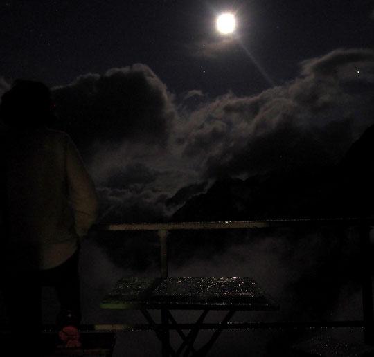 Quand nuages et gouttelettes jouent avec la lune. Des nuits presque irréelles... depuis notre terrasse à 3100m.
