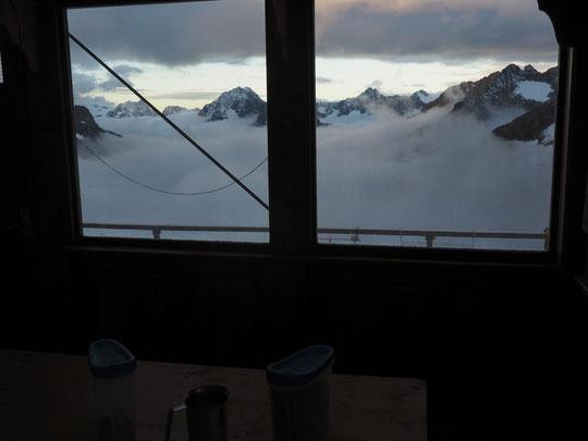 Depuis la cabine du Promontoire, navigation entre deux couches de nuages à 3000 m au dessus de la mer.... Ce matin au petit déjeuner des gardiens.