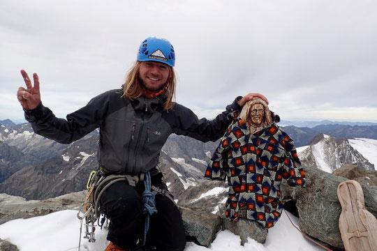 """L' auteur de cette photo de la vierge au sommet du Grand Pic de la Meije, l'a intitulé : """" St Christophe revêt une tenue adaptée au réchauffement climatique """".  Merci Vincent !"""