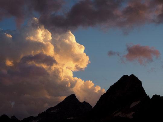 On aime beaucoup la beauté des nuages depuis... un refuge mais parfois un peu (ou beaucoup) moins... depuis les sommets où les arêtes de la Meije !