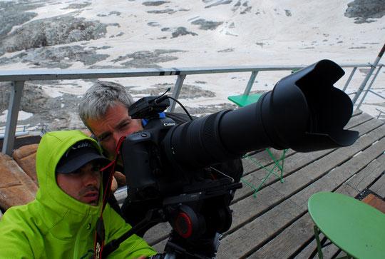 """Suivi des cordées, toutes petites, tout là haut par le cadreur (Alexis) et le réalisateur (Marc de Langenhagen) du futur """"Chroniques d'en Haut"""" consacré aux deux refuges de la Meije."""