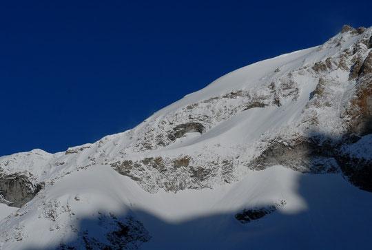 A 7h30 ce matin depuis la terrasse du refuge, le versant Est et l'arête Sud Est du Rateau (3809m) avec un bon coup de blanc...