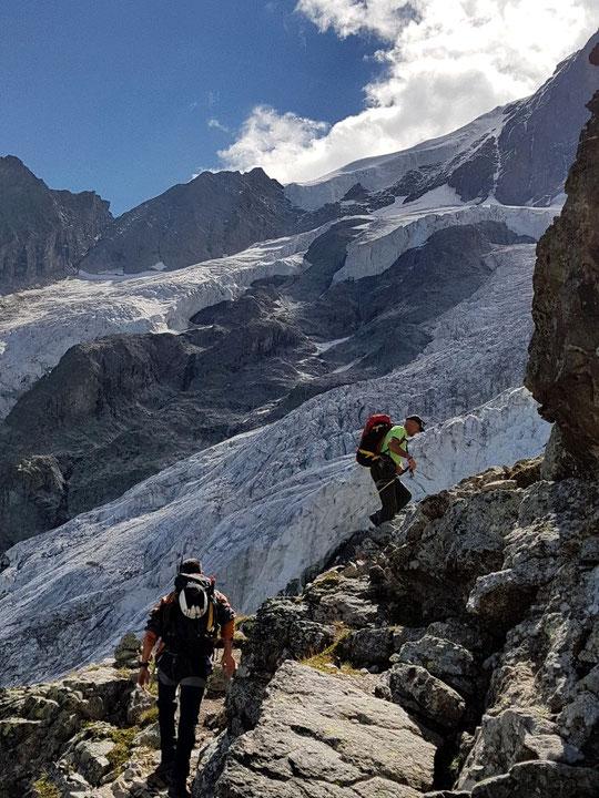 La très belle montée vers la Brèche de la Meije (3357m) et le refuge du Promontoire, par les Enfetchores. La veille de la Traversée de la Meije ! Photo Nicola Salva, ici avec son coéquipier et le guide Fred Peuvrel. Merci !