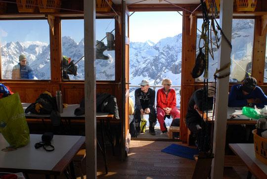 Les skieurs arrivent très tôt au refuge et ont toute l'après midi pour profiter, dans la sérénité, du soleil.