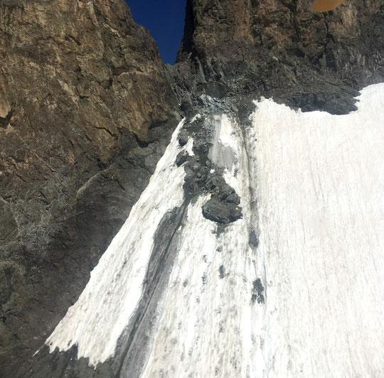 19 août :  de nombreux et énormes blocs sont toujours en instabilité  sur la rive droite du glacier Carré.  Ils continuent à menacer gravement les accès  à la voie normale et à la face Sud du Grand Pic de la Meije.  Photo CRS Alpes Grenoble. Merci.