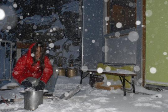 Les canalisations étant gelées, on fait le plein de neige pour avoir de l'eau au refuge (photo d'hier soir).