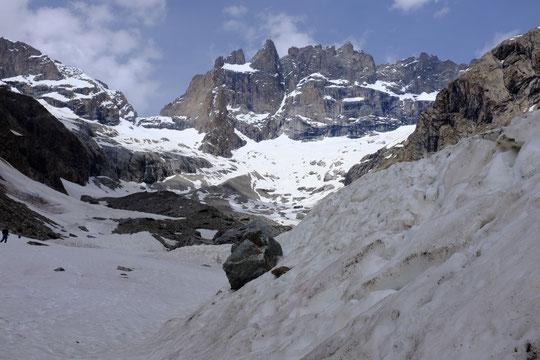 Depuis le bas du dépot de l'avalanche du 1er mai dernier (vers 2300m), les conditions du vallon des Etançons et de la Meije (photo 1er juin en milieu d'après midi).