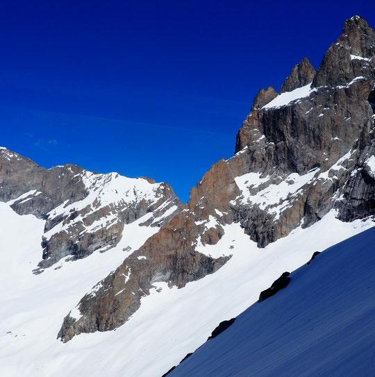 """Petit souvenir de notre derière sortie à skis, ce weekend, à partir du refuge. Sur la grande arête du Promontoire qui descend sous le glacier Carré, un """"petit coucou"""" à notre petit refuge perché. !"""
