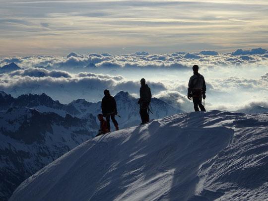 Un très beau Tour de la Meije à skis... De bien belles photos... Merci au Team Pata'ski (jeunes CAF Gap). Photo : après l'étape Promontoire/Aigle, le sommet de la  Meije Orientale !