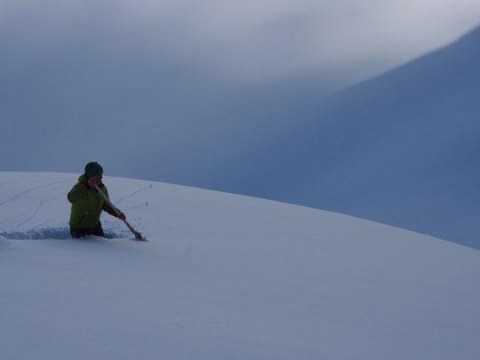 Le gardien essaye de retrouver la trace... pour l'accès au refuge des futurs skieurs de rando – avec Frédi Meignan