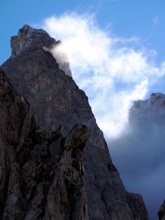 Hier matin, en levant les yeux, avec le premier soleil, 900 m au dessus du refuge, le sommet du Grand Pic de la Meije, légèrement givré.......