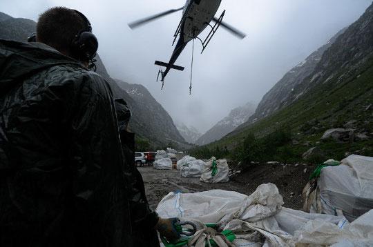 Quand en bas dans la vallée, on accroche les bags sous la pluie battante.... (photo Delphine Maratier)
