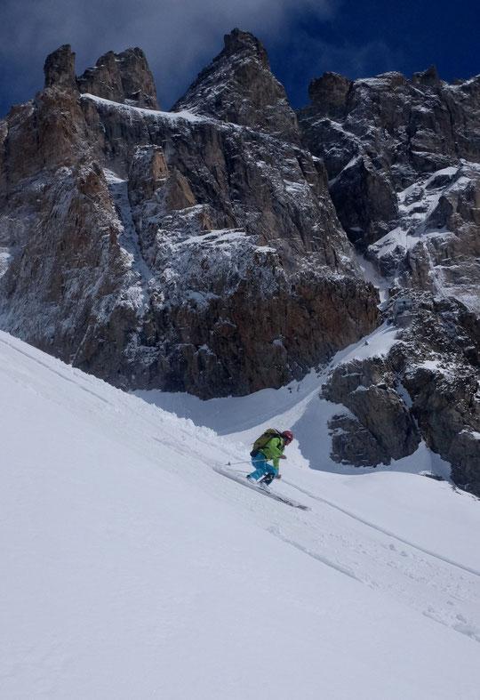 Les mêmes, un peu plus tard (la gardienne passe sous le Promontoire et le Grand Pic de la Meije, un décor de rêve et un ski... pas pire! ).