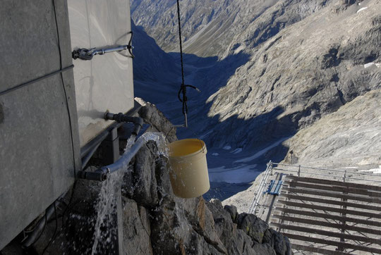 Avant l'hiver on vide les cuves pour éviter que tout géle et on remplit quelques sceaux en réserve (de glace) pour le printemps prochain.