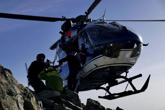 Nous sommes à près de 4000m, au sommet du Grand Pic de la Meije, l'hélico du Pghm de Briançon appui un patin sur un rocher pour récupérer un jeune blessé. Bravo, merci ! Photo Hugo Crochet.