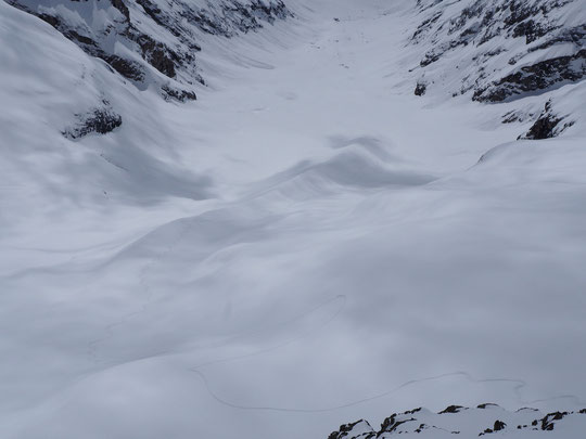 Mais où est Charlie ?? Suivez la trace de descente DU skieur de la journée dans le Vallon des Étançons (regardez entre les deux zones d'ombre en bas de la moraine). Après les 15cm de poudre du matin, le grand soleil est revenu. Magnifique et désert !!
