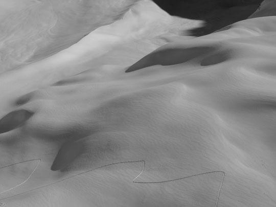 La moraine du Vallon des Étançons sans aucun rocher émergeant. Je n'avais jamais vu ça.... Et de toute cette journée de jeudi, il n'y a eu que notre trace dans le Vallon !  (Spéciale dédicace pour ma famille qui est en bas. Des bises de là haut)